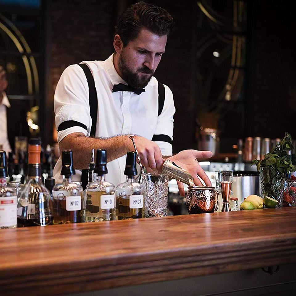 Aus professionellen Bars nicht mehr wegzudenken: Die Moscow-Mule-Becher aus Kupfer – hier ein Exemplar des Anbieters Buddy's Bar (Foto: Amazon)