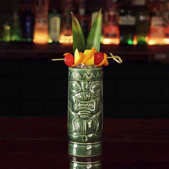 Exotischer Hingucker: Tiki-Becher wie dieser von Drinkstuff machen Cocktails zum aufregenden Abenteuer (Foto: Amazon)