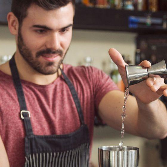 Eines der wichtigsten Werkzeuge jedes Bartenders: Der Jigger / Barmaß aus Metall