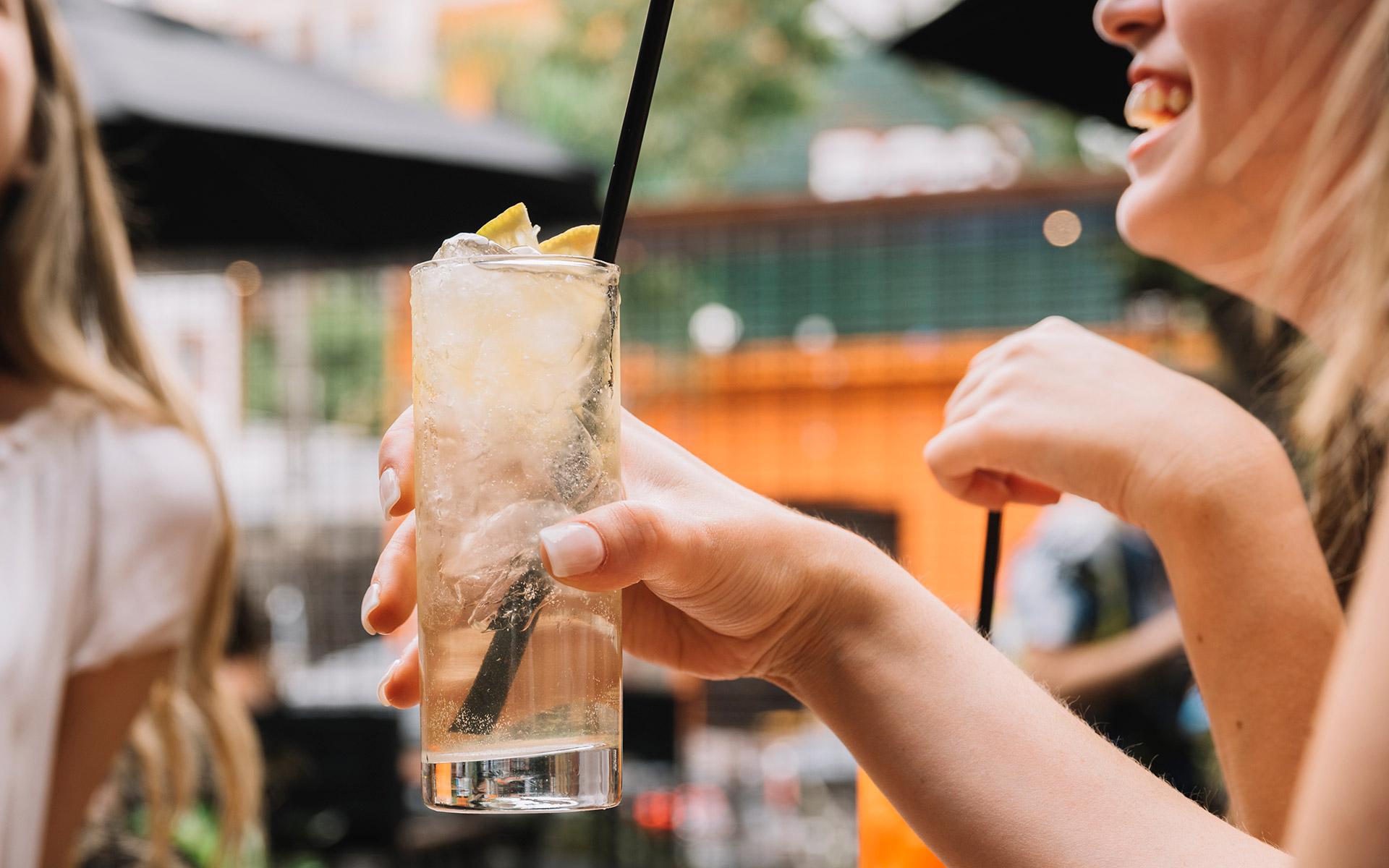 Gin Tonics lassen sich perfekt in Longdrinkgläsern servieren (Foto: Freepik)