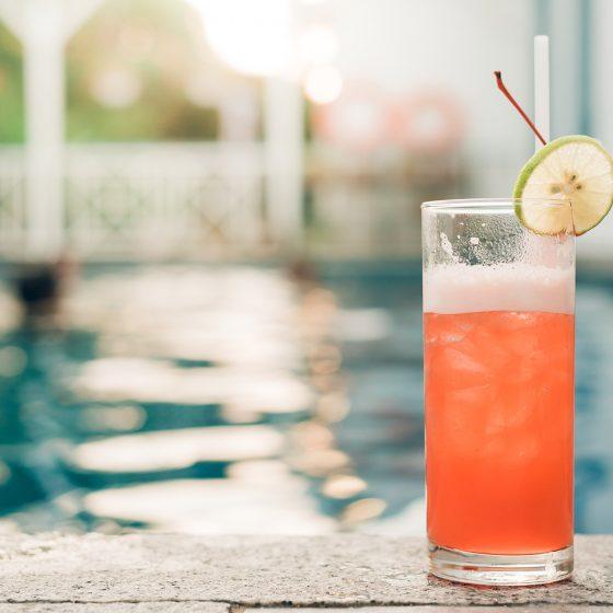 Macht nicht nur am Pool eine gute Figur: Das Longdrinkglas ist ein echter Klassiker (Foto: Freepik)
