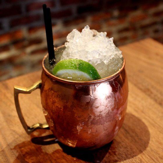 Ein echter Moscow Mule wird im Kupferbecher serviert – hier in einer Bar in San Francisco (Foto: Wikipedia)