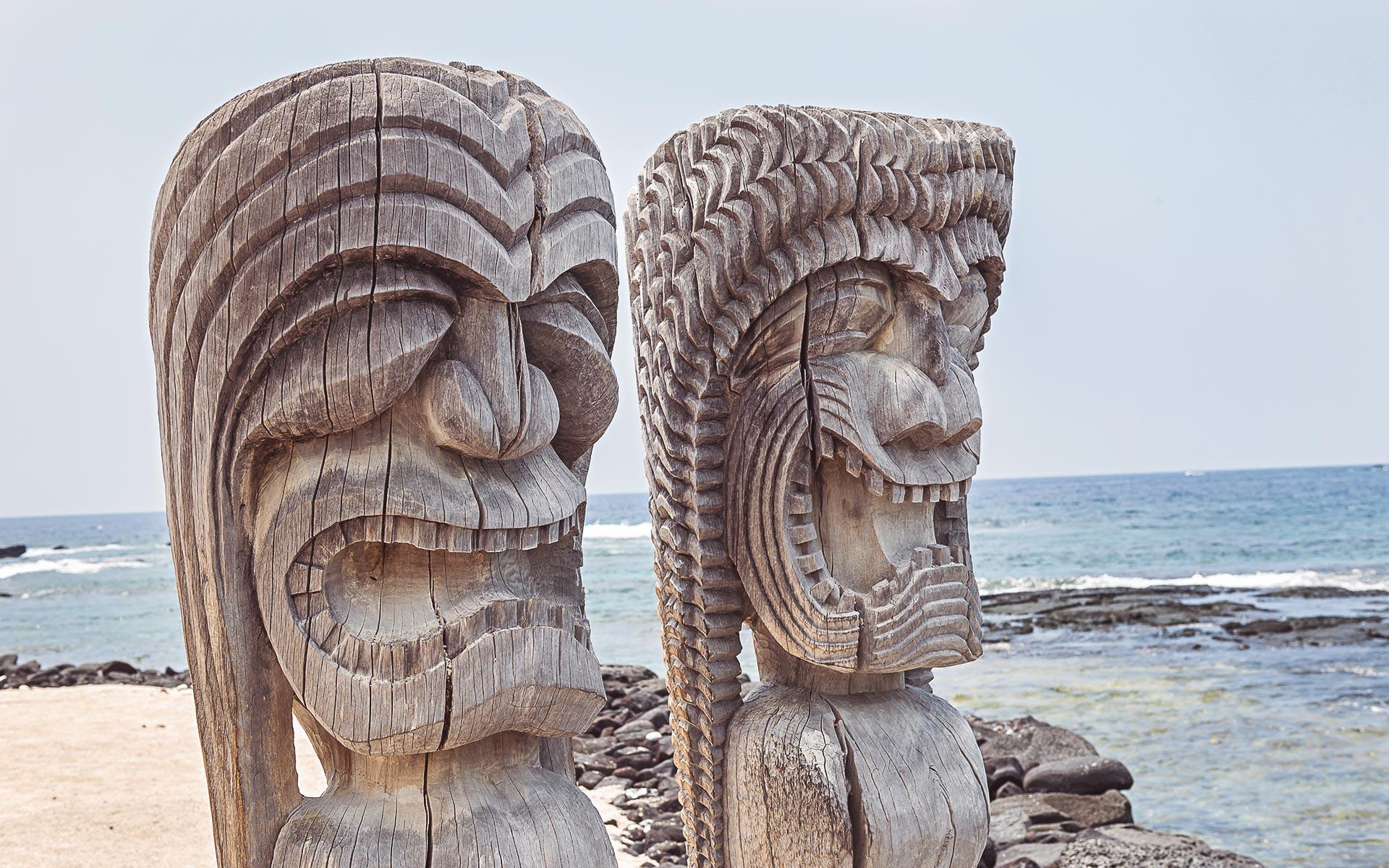 Tiki-Statuen wie diese auf Hawaii standen Pate für die exotischen Cocktailbecher