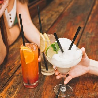 Mittlerweile eine No-Go: Cocktail-Strohhalme aus Plastik werden durch schicke Alternativen ersetzt (Foto: Freepik.com)